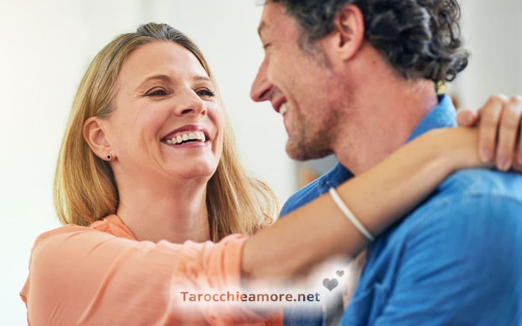 Una coppia felice che vive una relazione durevole, il significato positivo dell'Eremita in amore